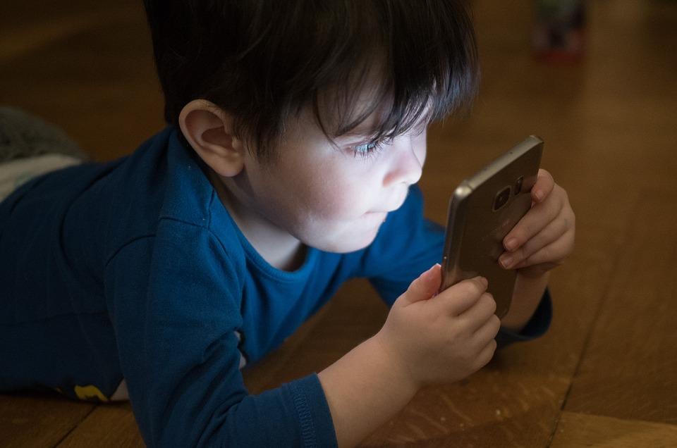 Djete na mobitelu